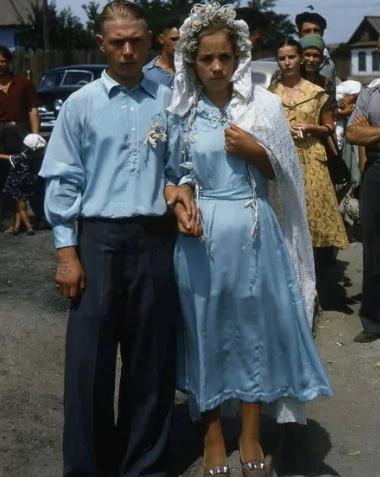 Свадьба, СССР, конец 1950-х. Татуировка на руке жениха гласит: «Люби меня, как я тебя!»