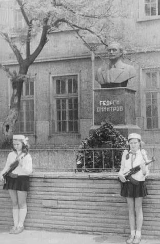 Дети охраняют статую Георгия Димитрова, первого болгарского коммунистического лидера, с автоматами Калашникова. Болгария, 1960-е