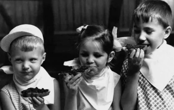 Трое детей наслаждаются бутербродами с икрой в детском саду. Июль. Москва, 1965 год