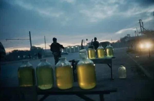 Продажа бензина у дороги в Грозном, октябрь 2000 года