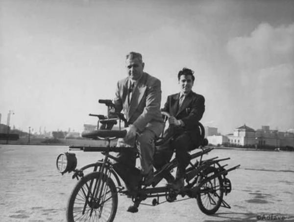 На велосипед для борьбы с преступностью крепилось 13 дробовиков и винтовок, два револьвера, шесть штыков и сигнальная ракетница, Чикаго, 1948 год