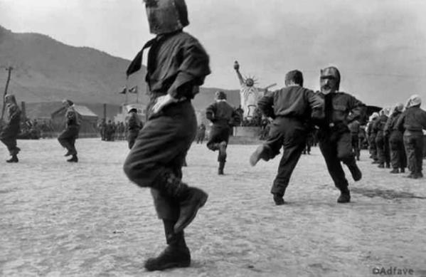 Северокорейские военнопленные танцую кадриль перед статуей Свободы в лагере для интернированных, Южная Корея, 1952 год