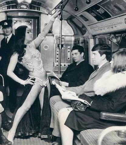 Исполнительница танца живота в лондонском метро, 1968 год