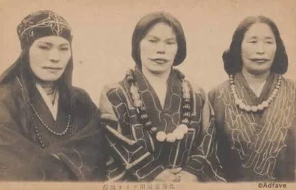 Женщины айны с традиционными татуировками губ, Япония, 1915 год