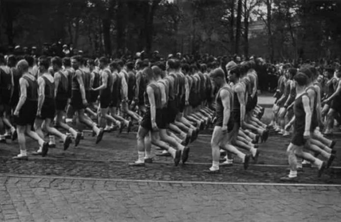 Колонны физкультурников Союза транспортного машиностроения в Ленинграде