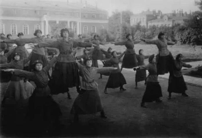 Гимнастические упражнения выполняют женщины-милиционеры