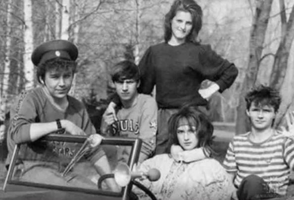 Узнаешь девушку за рулем? Да это же сама Лера Кудрявцева в молодости!