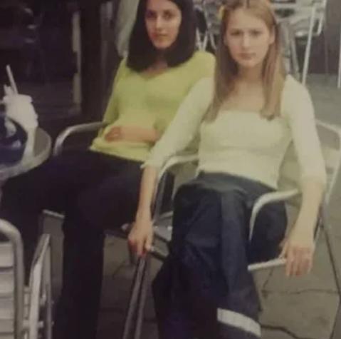 Милая блондинка на фото — Мария Кожевникова вместе с подругой в McDonald's