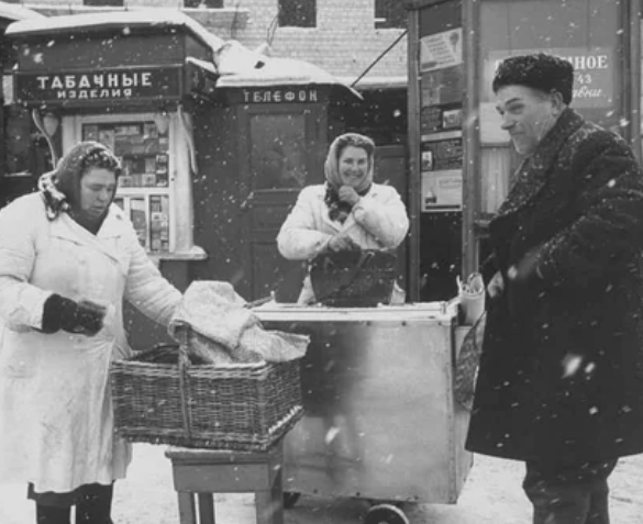 В Москве на улицах продавались горячие пирожки / Фото: ©mixnews.lv