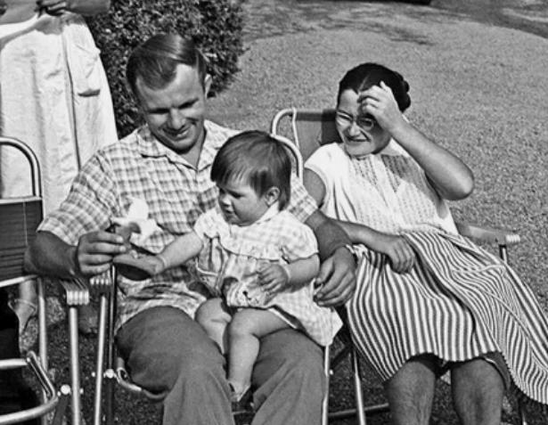 Юрий Гагарин со своей семьей / Фото: ©mixnews.lv