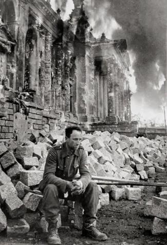 Немецкий солдат на пепелище Рейхстага / Фото: ©mixnews.lv
