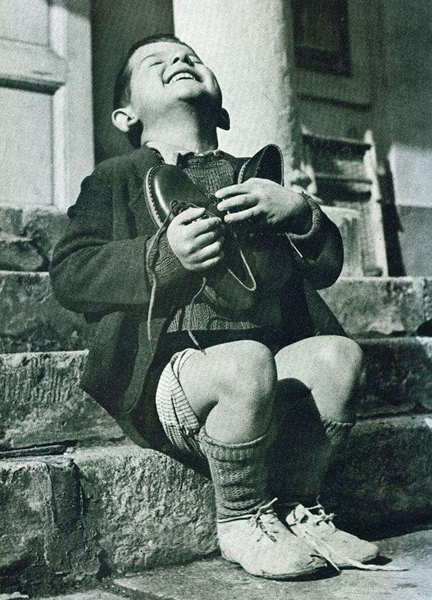 Мальчик и ботинки