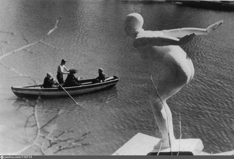 """Скульптура """"Прыжок в воду"""""""