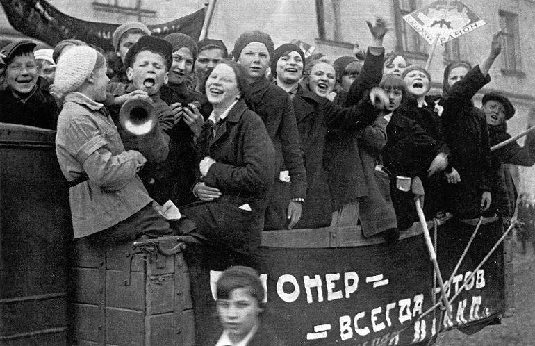 Пионеры на первомайской демонстрации