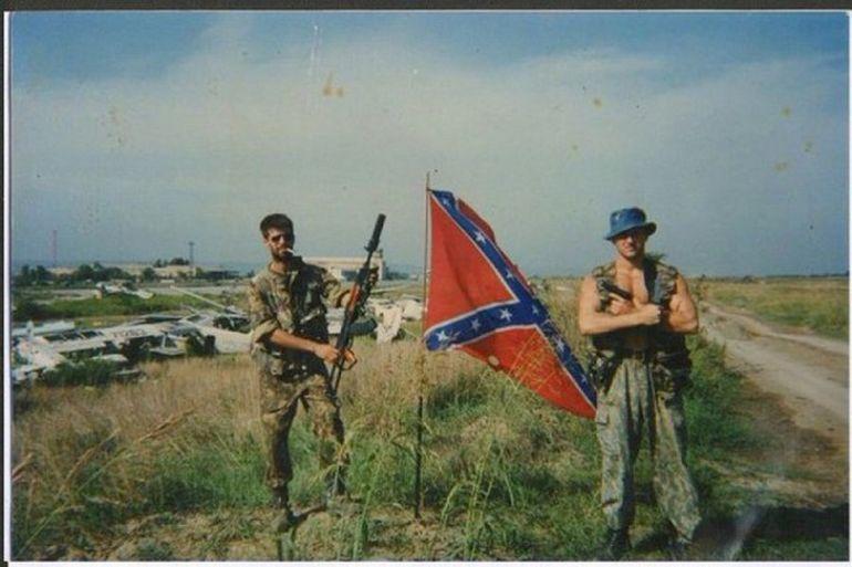Российские солдаты с флагом Конфедерации
