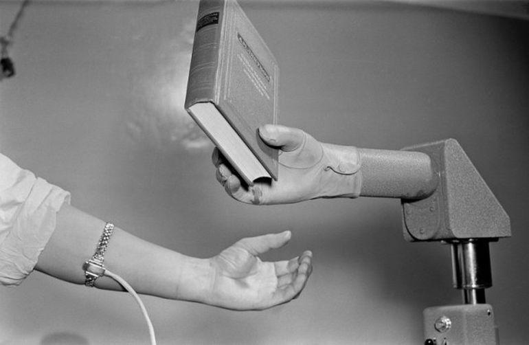 Биоманипулятор с книгой