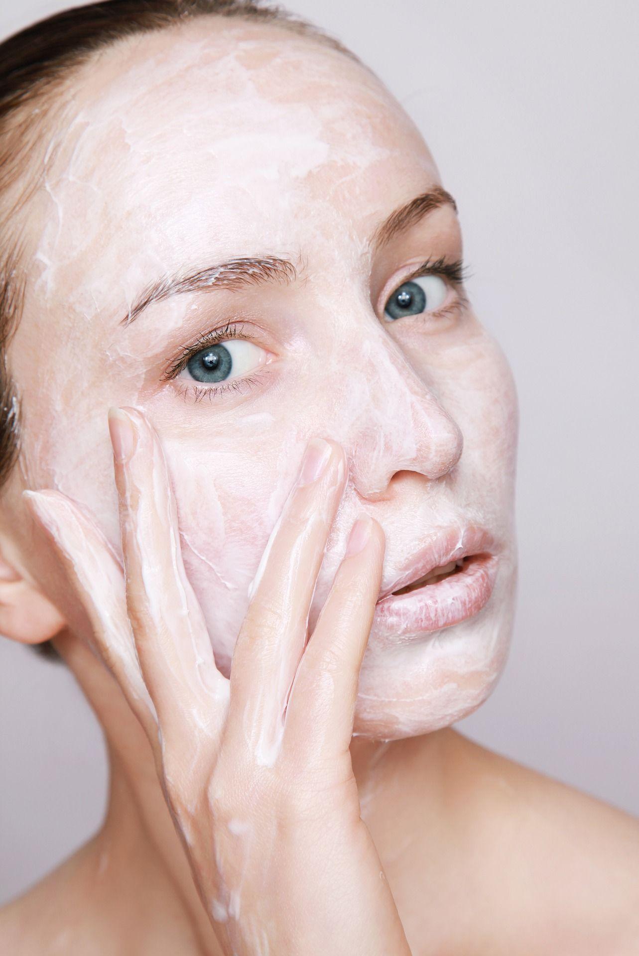Зимой кожу лица защищает питательный крем