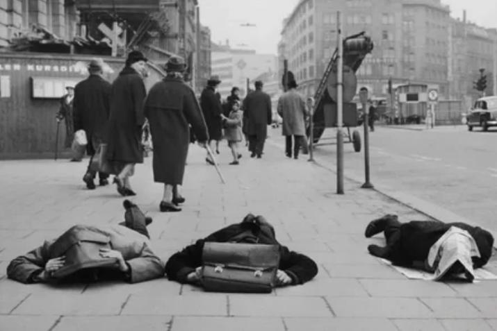 активисты, удар, положение лежа