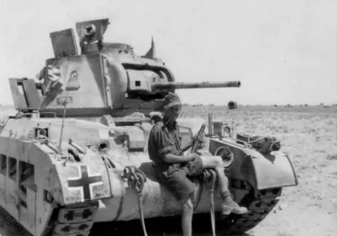Трофейный британский танк «Матильда» (Matilda Mk. II), захваченный частями вермахта в Африке.