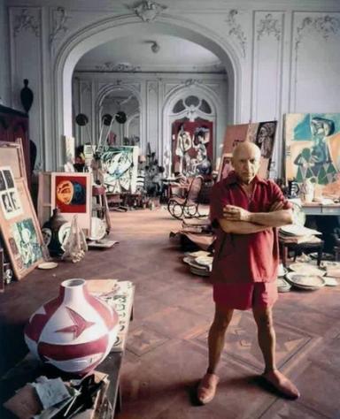 Пабло Пикассо в студии у себя дома во Франции, 1956