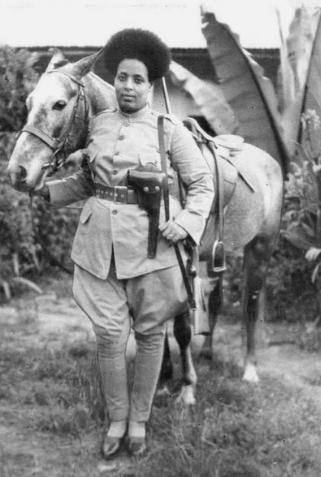 Эфиопская женщина-солдат, готовая к битве во время итало-эфиопской войны, 1935