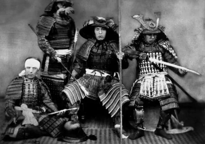 Самураи изначально воевали, используя прямые мечи