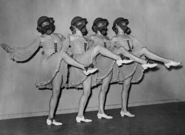 танец, женщины, противогаз