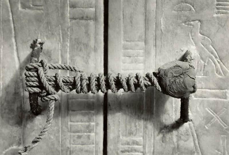 Нетронутая печать на двери гробницы фараона Тута.