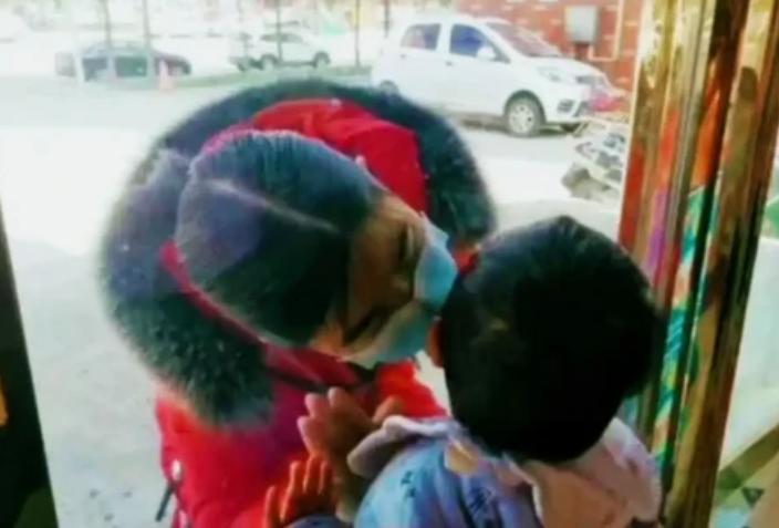 Медсестра целует сына