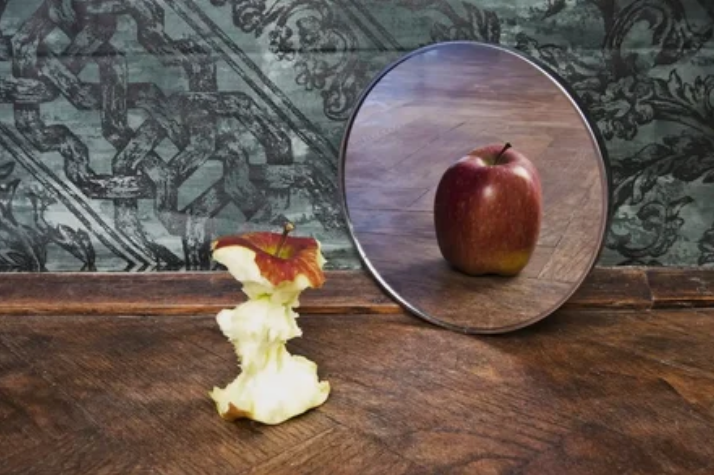 Отражение в зеркале не является реальным, поскольку оно показывает наше «перевернутое» я.