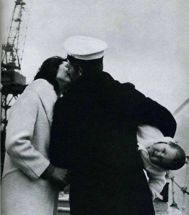 моряк встретился с женой