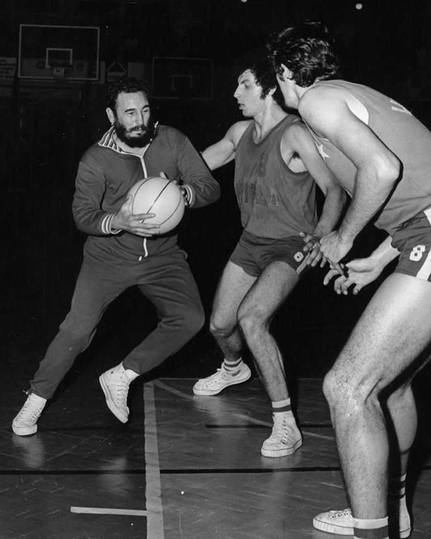 Фидель Кастро играет в баскетбол со студентами в Кракове в 1972 году