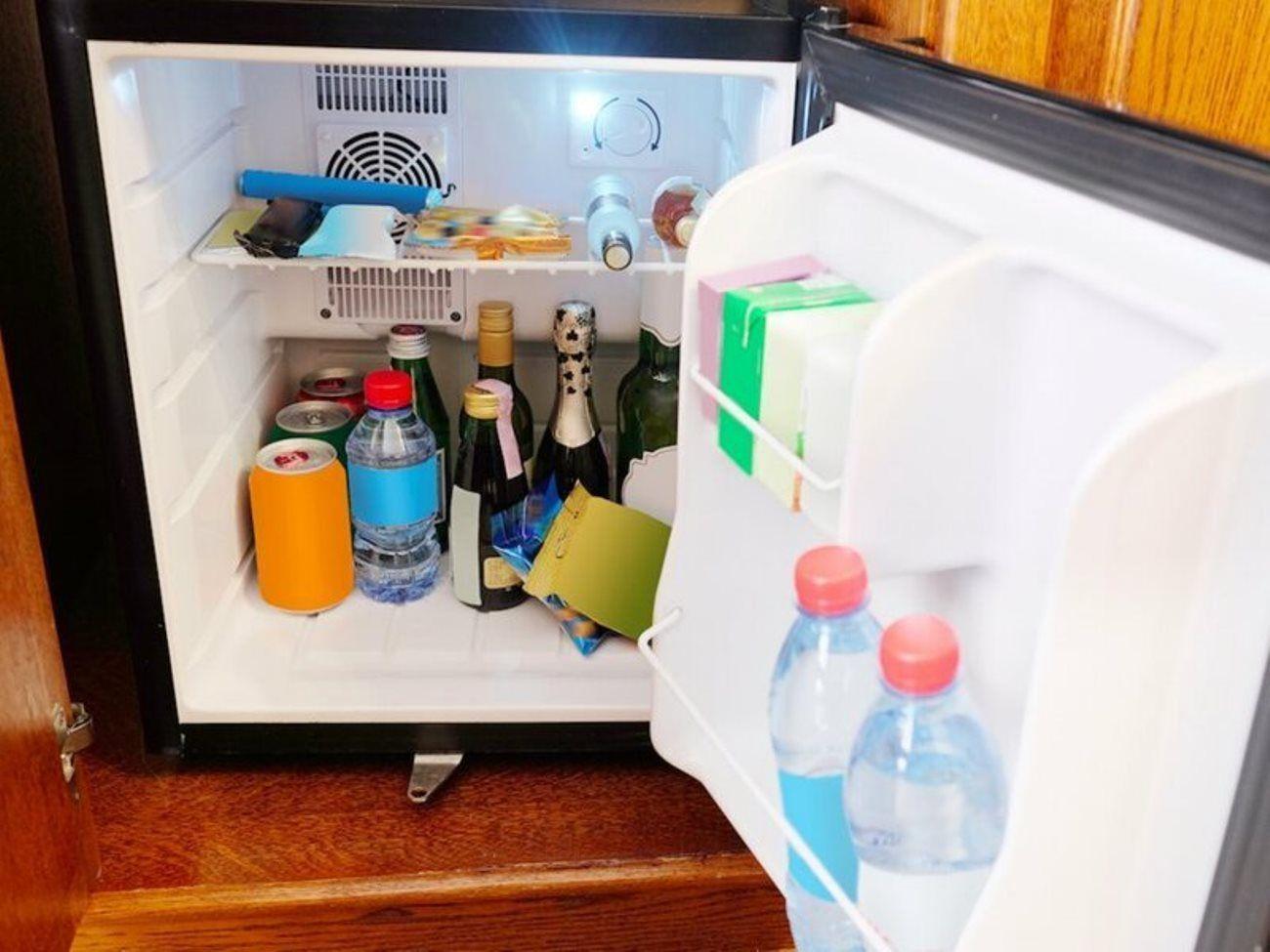 Холодильник в номере отеля