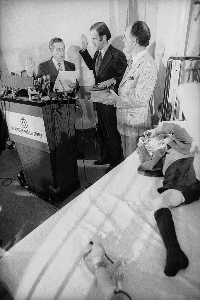 1972 год: Джо Байден в больнице с сыном, уникальный личный кадр
