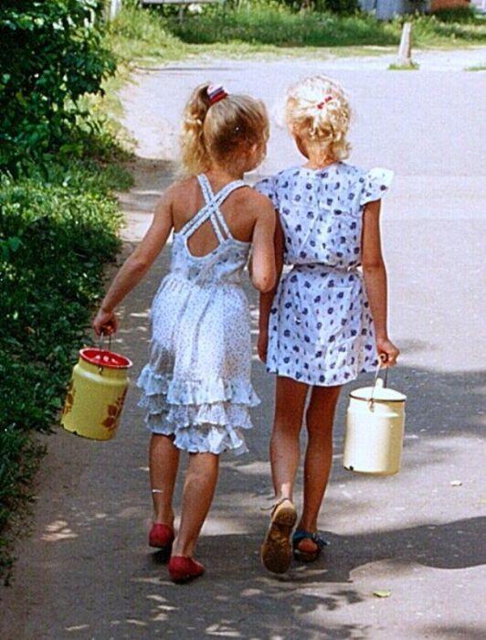 Провинциальные девочки идут за молоком и сметаной