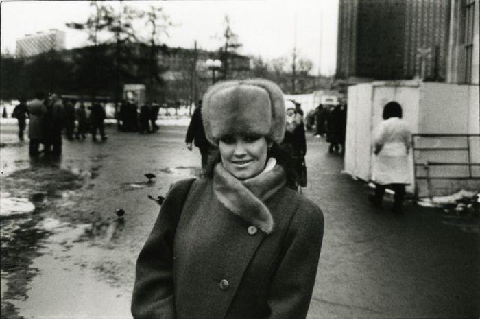 Неизвестная девушка, впервые гуляющая по Москве