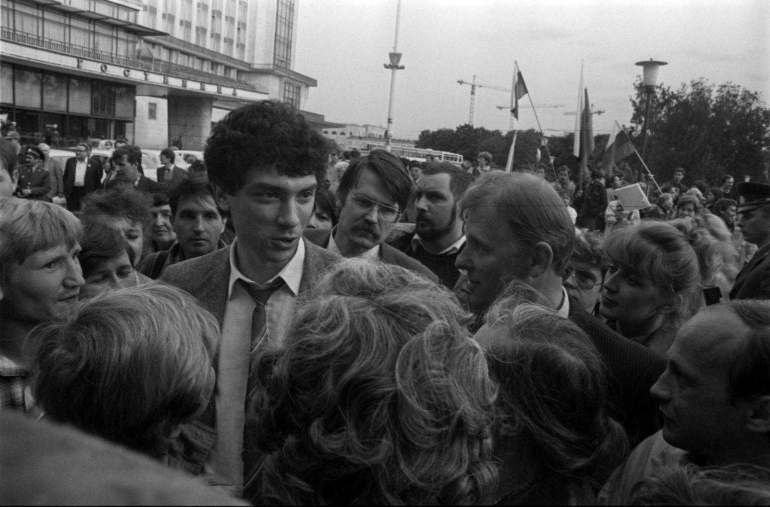 Борис Немцов общается с обычными людьми