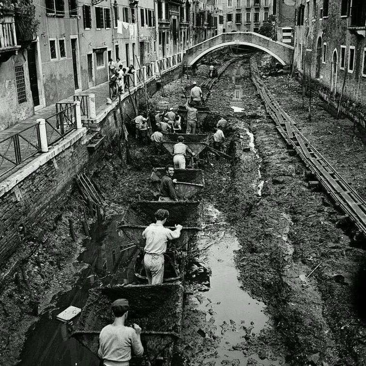 чистка каналов в Венеции