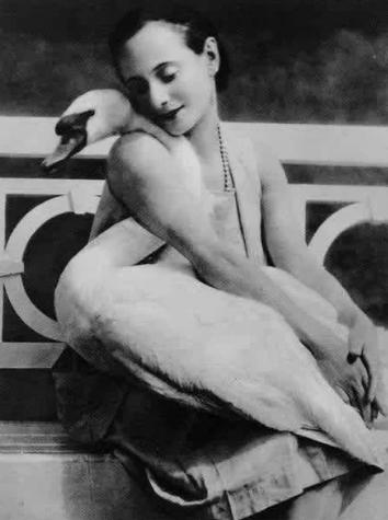 Балерина Анна Павлова и её лебедь Джек, 1905 год.