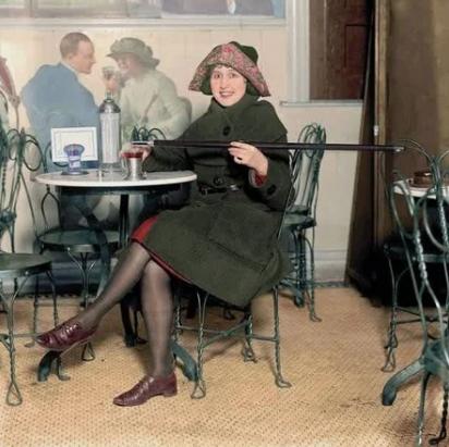Американка с тростью для алкоголя во времена сухого закона, США, 1922 год.