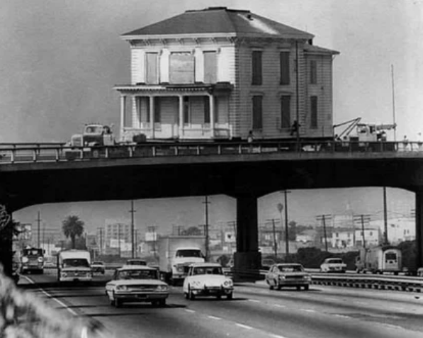 Дом переезжает через мост, Лос-Анджелес, 1970-е.