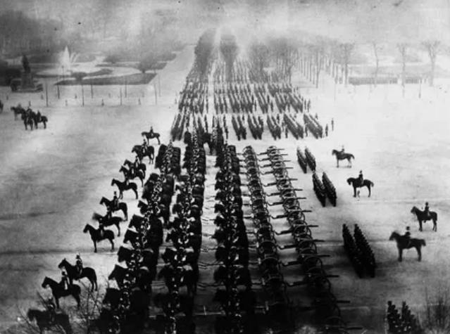 Прусские войска на смотре в Версале, 1871 год.