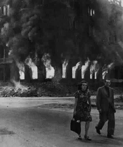 Пара идет по горящим улицам Берлина. Последние дни войны, 1945 год.