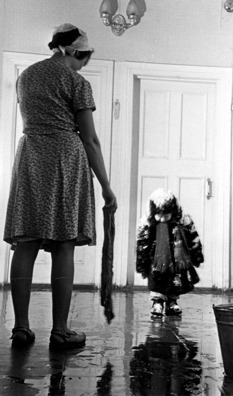 Советские фотографии: ребенок пришел с прогулки