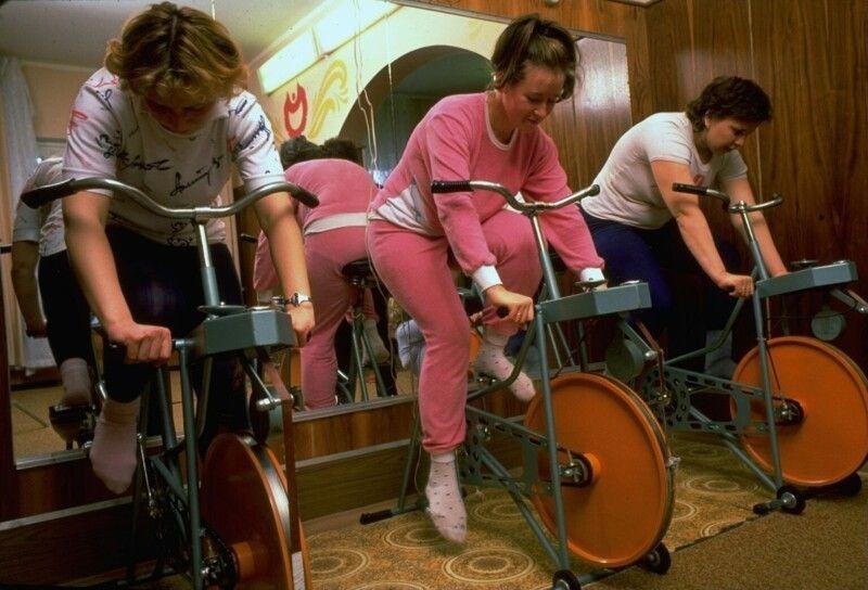 Женщины занимаются в спортзале