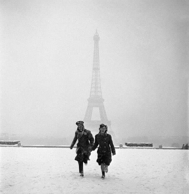 Влюбленная парочка в Париже