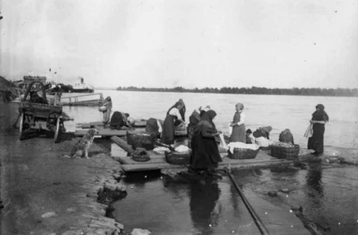 Местные прачки на реке Енисей