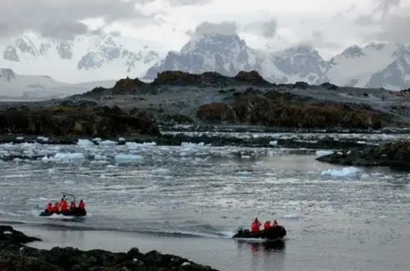 Единственные люди, проживающие на Антарктиде - члены временных научных сообществ