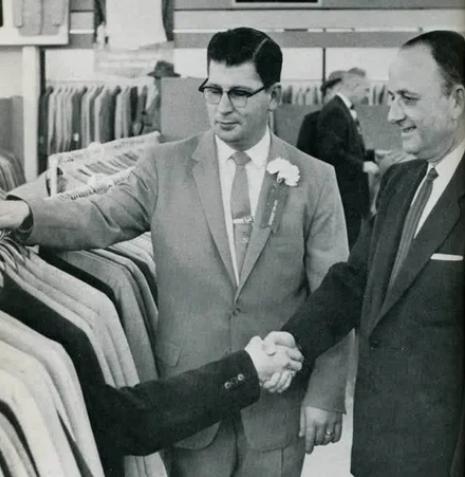На открытии нового магазина Robert Hall в Мемфисе пиджак 39-го размера помогает продать себя
