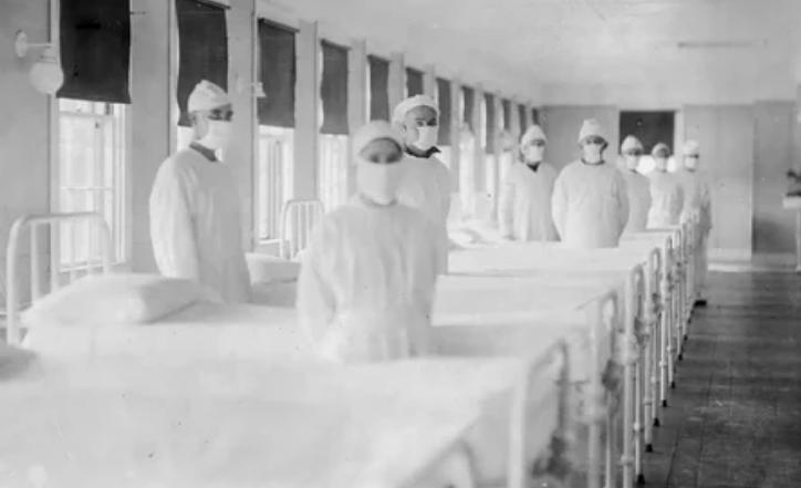 Санитары в фуражках и халатах, готовые принять пациентов в отделении по борьбе с гриппом Военно-морского госпиталя США на острове Маре, штат Калифорния, 10 декабря 1918 года